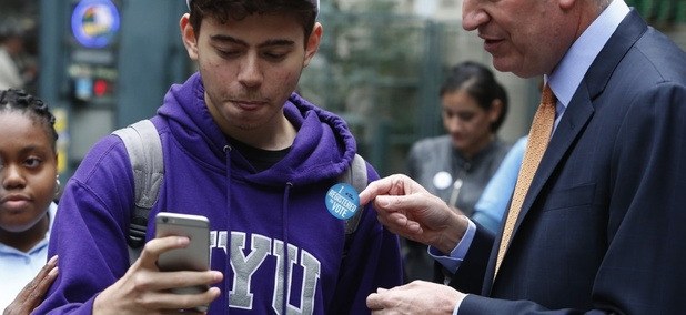 NYC Mayor Bill de Blasio helps citizens register to vote.