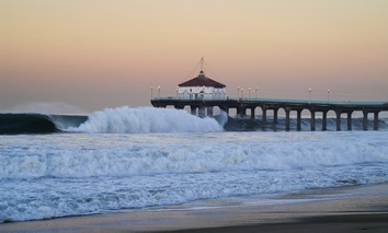 Rough waters hit Manhattan Beach Pier